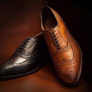 کفش قهوهای یا کفش مشکی، کدام انتخاب بهتری برای کفش مردانه است؟
